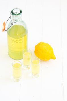 Zelf limoncello maken is easy peasy, echt waar! Ik laat het jullie zien in deze diy. Limoncello, ik ben er dol op. Klik verder voor het recept.