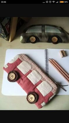 foto penál do školy s rukama v podobě automobilůphoto a pencil case for school with their hands in the form of cars Fabric Crafts, Sewing Crafts, Sewing Projects, Patchwork Bags, Quilted Bag, Diy Pencil Case, Pencil Case Tutorial, Pencil Case Pattern, Pencil Bags