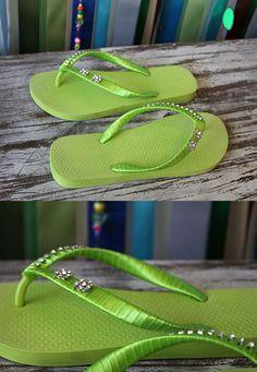 http://artesanatobrasil.net/chinelos-decorados-passo-a-passo/