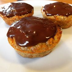 Kun 3 hovedingredienser til disse små sunde muffins, som kan bruges som morgenm. Healthy Cake, Healthy Desserts, Baileys Cheesecake, Breakfast Bake, Food Cravings, No Bake Cake, Cake Recipes, Bakery, Food And Drink