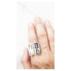 Para que curte simetria : anel duas baguetes iguais. Compras e informações ver Bio.  #anel #swarovski #design #prata
