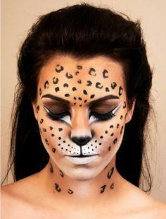 maquillaje vampiresa, mujer con pelo oscuro maquillada como leopardo