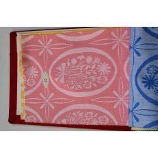 Een stalenboek met stijf, rood linnen kaft, waarin 29 stalen voor tafelgoed, zowel damast als platweefsels, ecru als bon...