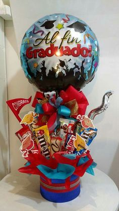 Grad gift Candy Bouquet Diy, Diy Bouquet, Balloon Bouquet, Kindergarten Graduation Gift, Diy Graduation Gifts, Birthday Candy, Birthday Presents, Birthday Bouquet, Balloon Arrangements