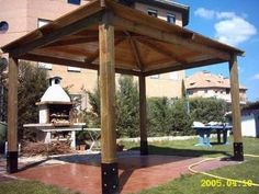 Gacebo a 4 aguas en León, un lugar dónde refugiarse del sol.  Más estructuras de este tipo en www.edanpergolas.com