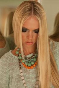 love the layering of necklaces