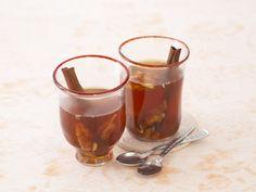 Dattel-Gewürz-Tee - schmeckt auch mit etwas Milch verfeinert | http://eatsmarter.de/rezepte/dattel-gewuerz-tee