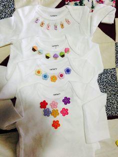 Bodys de malha para bebês que enfeitei com botões de scrapbook