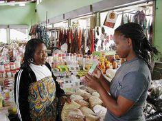 Afrikanische Einwanderinnen nehmen sie, weil sie sich mehr Akzeptanz erhoffen. Schwarze Frauen aus der Mittelschicht sind zwar dagegen, aber nehmen sie heimlich: Hautaufhellende Cremes sind in Südafrika ein begehrtes Produkt. Skin Whitening, Acceptance, Ebony Women