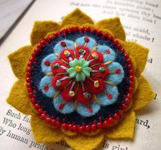 fleurs en feutrine, un mandala exotique en feutrine