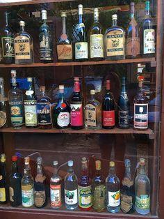 Il Becco di Legno fa parte di quelle vecchie, superstiti osterie a ricordare una Bologna che non c'è più. Basta dire: vino e crostini. Imperdibile Bologna Food, Gin, Liquor Cabinet, Places, Jin, Lugares