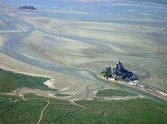 Construído sobre um monte à beira-mar, o mosteiro só pode ser acessado a pé durante a maré baixa. Sua grandiosidade torna-o um dos pontos turísticos mais famosos do país, com uma freqüência anual de mais de 3,5 milhões de visitantes.    Foto: Wikimedia Commons / Uwe Küchler/ texto: Casa Vogue