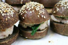 Mini-sandwich al carbone vegetale coniglio e spinaci no novelli