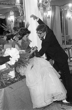 * Bianca Jagger et Yves Saint Laurent au mariage de Loulou de la Falaise 1 juillet 1977