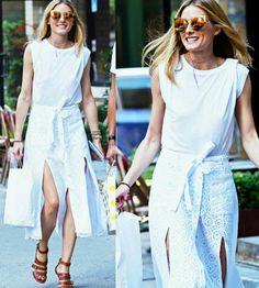 Outro #streetstyle prático e fashion!💫 A Olivia foi as compras toda estilosa. Vestida com camiseta e saia brancas; óculos espelhado amarelo e sandália gladiadora marrom. #creative #fashion #summer #style #oliviapalermo