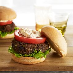 Spicy cumin and coriander flavor these healthy meat-free black bean burgers. Bean Recipes, Burger Recipes, Diet Recipes, Vegetarian Recipes, Healthy Recipes, Yummy Recipes, Recipies, Black Bean Veggie Burger, Black Bean Burgers