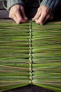 Johnson - Basketmaking - Rush a Grass košíkářství ihrisko, bolesť Skogen, Nórsko 2012 Flax Weaving, Willow Weaving, Weaving Art, Basket Weaving, Weaving Patterns, Deco Nature, Pine Needle Baskets, Deco Floral, Weaving Projects