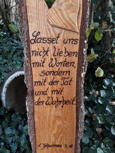 Ein besinnliches, kirchliches Zitat aus der Bibel .... Ein großes, rustikales Holzbrett habe ich hier in liebevoller Handarbeit beschriftet. (Die Schrift tief ins Holz eingebrannt. ) Das Brett...