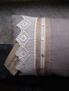7 Experienced Cool Tricks: Decorative Pillows With Buttons Simple decorative pillows for teens cushions.Decorative Pillows For Teens Cushions decorative pillows couch ideas.Decorative Pillows On Sofa Coffee Tables. Sewing Pillows, Diy Pillows, Decorative Pillows, Throw Pillows, Sewing Hacks, Sewing Crafts, Sewing Projects, Crochet Pillow, Linens And Lace