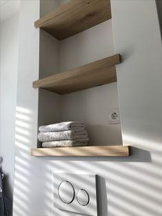 Shelves above toilet in oak made to measure by Maek furniture.maek furniture- Planken boven wc in eikenhout gemaakt op maat door Maek meubels.maekmeubels Custom made oak floorboards in oak by Maek … -
