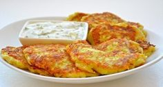 Zucchini fritters with cheese and garlic Potato Side Dishes, Main Dishes, Potato Recipes, Vegetable Recipes, Good Food, Yummy Food, Tasty, Zucchini Fritters, Zucchini Pancakes