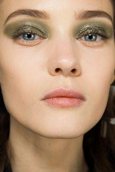 En backstage du défilé Christian Dior automne-hiver 2014-2015   Vogue