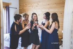 #bridemaids #cocktail #wedding #roséallday #femme #weddinghair #préparation #bff #fun #bedroom Bff, Cocktail, Maid Of Honour, Woman, Cocktails, Bestfriends