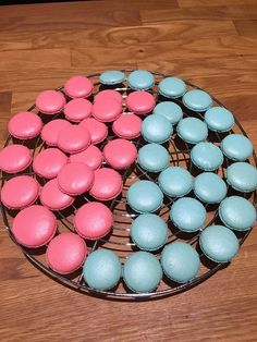 Makrónky ktoré sa aj mne podarili :), recepty, Zákusky | Tortyodmamy.sk Macarons, Tiramisu, Easter Eggs, Wedding Cakes, Projects To Try, Food And Drink, Sweets, Baking, Drinks