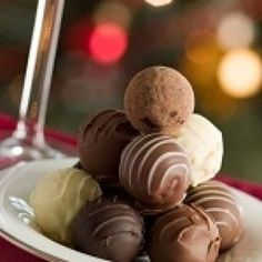 An easy, decadent, gluten free truffles recipe made with heavy whipping cream, cocoa powder and vanilla. Chesee Cake, Gluten Free Desserts, Dessert Recipes, Truffle Recipe, Sweets Cake, Edible Gifts, Candy Apples, Apple Candy, Chocolate Ganache