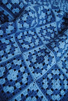 blue granny squares blanket - photos no pattern Crochet Ripple Blanket, Crochet Granny Square Afghan, Crochet Quilt, Crochet Cushions, Crochet Blocks, Crochet Yarn, Square Blanket, Crochet Pillow, Granny Squares