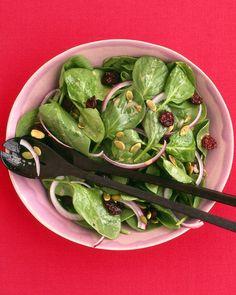 Salade d'épinards avec cerises séchées et graines de citrouille