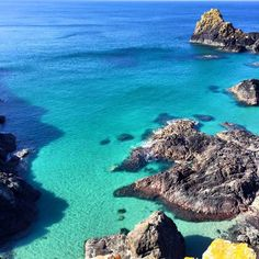 On a clear day at Kynance Cove in Cornwall you could be mistaken for thinking… Camping Places, Places To Travel, Places To See, Devon And Cornwall, St Ives Cornwall, Travel Around The World, Around The Worlds, Cornwall Beaches, South West Coast Path