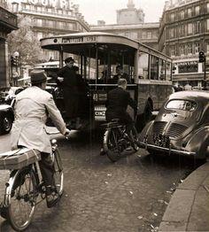 Une 4cv, un Solex, un bus à plateforme, Ruc-Univers, et un raton-laveur. #inventaire #Paris #1953