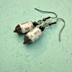 Orecchini di perle di carta riciclata fatta a mano quella caratteristica. Ho mano-fare ogni branello dalle pagine di libro recuperati e li glassa con 3 + cappotti di sigillante lucido per resistenza allacqua e resistenza. Guardate attentamente e vedrete bit di lettere, una volta parte di parole e di emozioni, ancora visibili sui branelli. Queste perle di carta spessa sono accentate da risultati rustico ottone e sospesi da fili orecchio corrispondente (tappi di gomma inclusi). Unaggiunta…
