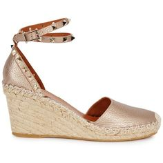 Valentino Rockstud gold wedge espadrilles (1.955.645 COP) ❤ liked on Polyvore featuring shoes, sandals, studded wedge sandals, platform espadrilles, wedge espadrilles, ankle strap wedge sandals and gold wedge shoes