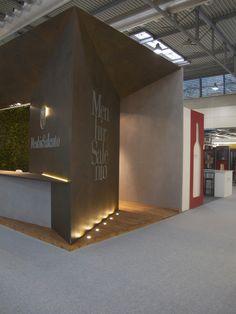 Lo stand menhir è caratterizzato dall'uso di materiali ricercati quali il cortains, la finitura cemento e la parete verticale.