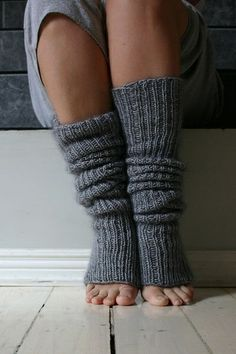 for my ballet dancers :). Crochet Beinlinge Super-Easy Leg Warmers pattern by Joelle Hoverson Loom Knitting, Knitting Socks, Knitting Patterns Free, Knit Patterns, Leg Warmer Knitting Pattern, Knitted Boot Cuffs, Crochet Leg Warmers, Crochet Socks, Knit Or Crochet