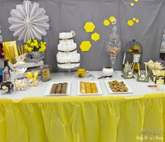 Baby shower organisée dans le magasin Autour de bébé de Villenave-d'Ornon ! Yellow sweet table - candy bar et table gourmande printemps jaune et grise