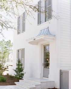 My weekly #thesunday7 post is here! I'm talking about everything from what book I'm reading right now to this pretty home exterior. :@lesleemitchell design: @melanieturnerinteriors