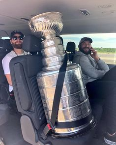 Ovi is still partying with the cup ahaha Caps Hockey, Nhl Hockey Jerseys, Hockey Memes, Ice Hockey Players, Washington Capitals Hockey, Nfl Highlights, Hockey Boards, Pittsburgh Penguins Hockey, Hockey Girls