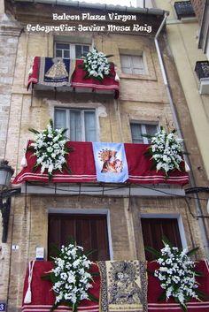 Los balcones Adornados de la Virgen de los Desamparados. Valencia (España)