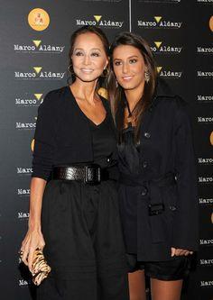 Isabel Preysler y su hija Ana Boyer, eligieron el color negros en sus opciones de ropa, para asistir al showcase de Julio José Iglesias en Madrid
