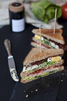 New York Clubsandwich mit Tomate, Ei, Bacon und Pute