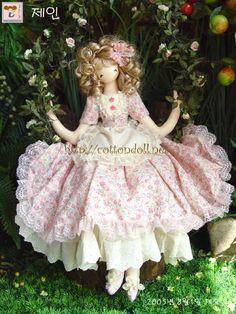 Elas são inspiradas nas adolescentes, com o corpo esguio estilo Barbie. Mas trazem todo o charme e o encanto da bonecas de pano.            ...