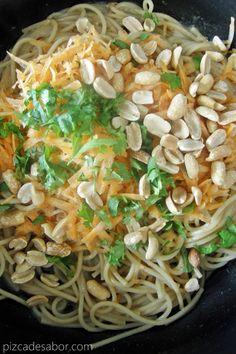 Una comida o cena rápida, fácil y rica. Una deliciosa pasta con zanahoria rallada, cacahuates, cilantro y salsa de soya. Sabe bien caliente y tibia