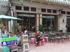寺院前の露天の道を散策。脇の細い道にある飲食店などぶらぶら寺院王宮