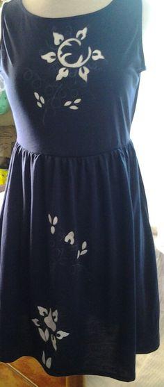 Vestido de algodon pintado a mano con los tradicionales dibujos del bordado mallorquín,  mas en www.carmenoropesa.com