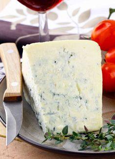 Come fare il gorgonzola in casa? Scopri gli ingredienti indispensabili e i passaggi da seguire per fare in casa il tuo formaggio erborinato! Sheep Cheese, How To Make Cheese, Kefir, Queso, Ricotta, Pasta, Yogurt, Food And Drink, Dairy