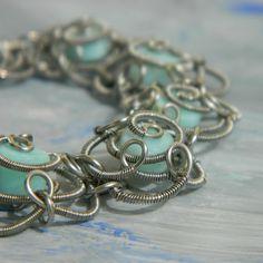 Náramek s modrými opálovými kytičkami