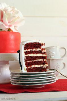 Una Tarta Red Velvet exquisita. Con un bizcocho húmedo, esponjoso y cuyo color y sabor no dejará indiferente a nadie. Irresistible.